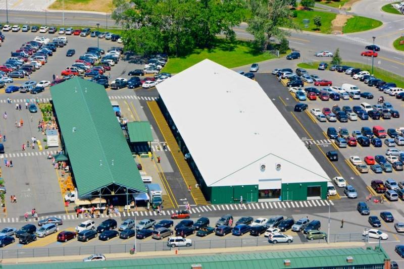 La Gran Estructura de Estructura Metalica al lado derecho alberga un mercado de agricultores y conciertos