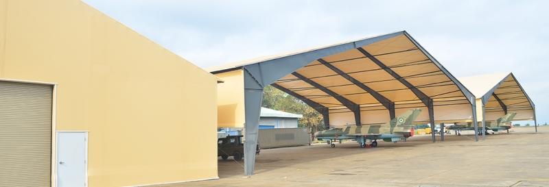 Uno de 27 hangares construidos en el desierto