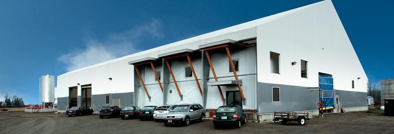 Área de oficinas y espacio de procesamiento de residuos comparten este edificio