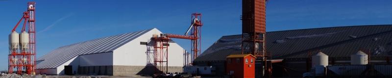 Una instalación de almacenamiento de fertilizantes a granel con grúa adjunta