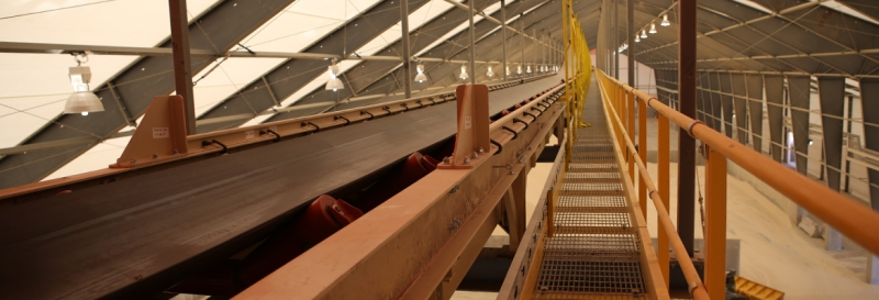 Transportadores y pasarela colgados de la estructura del edificio