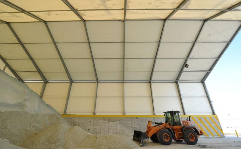 La sal de carretera y la arena están protegidas de la intemperie y es de fácil acceso en esta estructura de tres paredes