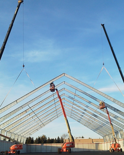 Equipos experimentados instalan la estructura de acero