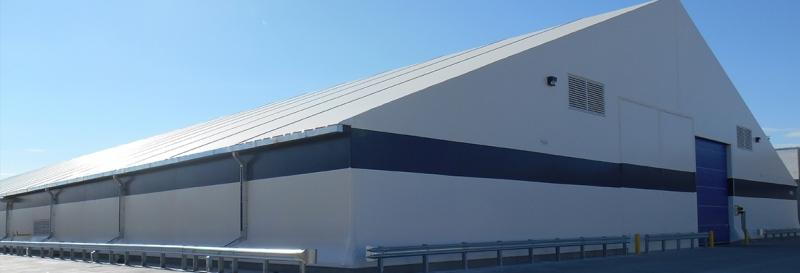 Tensoestructura con canaletas de drenaje en los aleros, barandillas y demas accesorios para lavado de autos y puertas de persianas