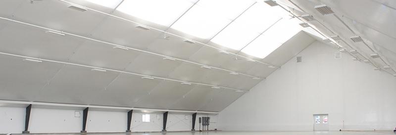Tensoestructura con paredes de acero, techo de membrana tensada con tragaluz
