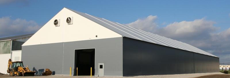 Tensoestructura con grandes ventiladores, puertas para personas y puertas de garage
