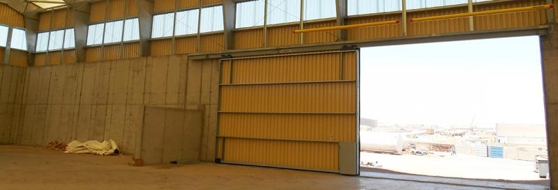 Tensoestructura con paredes de concreto y sistema de puertas deslizantes